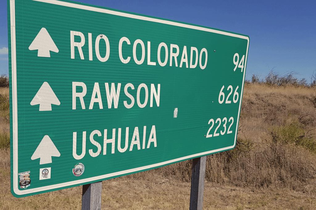 Placa indicando a distância para Ushuaia
